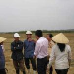 Mr Lem talks with farmers about fusarium